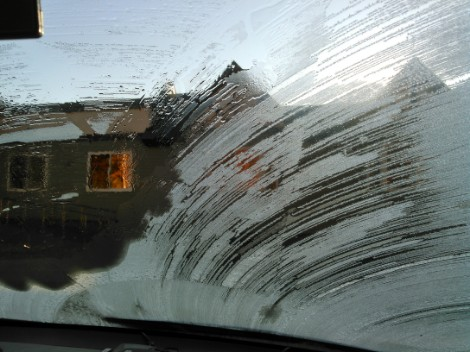 クルマの窓にも霜が・・・